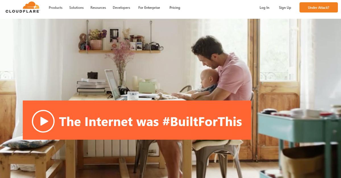 Άνδρας δουλεύει από το σπίτι του, πάνω σε ιστότοπο WordPress που λειτουργεί με την υποστήριξη του δωρεάν CDN της Cloudflare